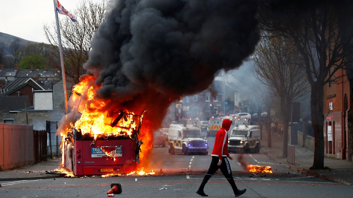 Set the bus on fire: Belfast faces new riots