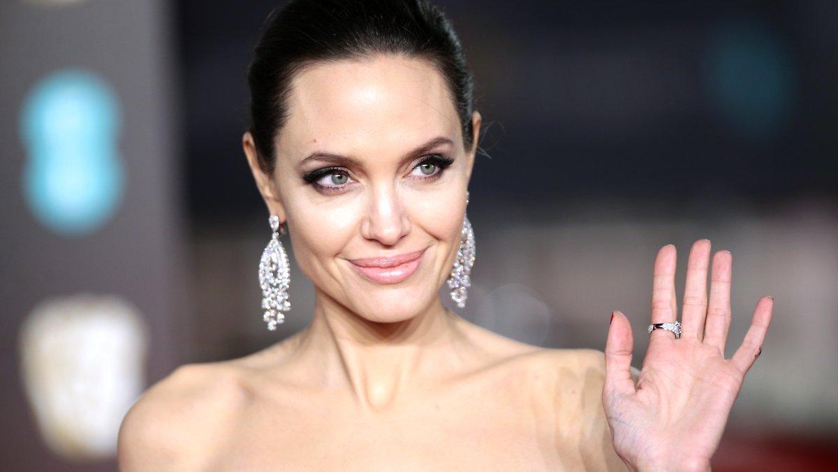 Vip, vape, hey !: Angelina Jolie feeds love rumors