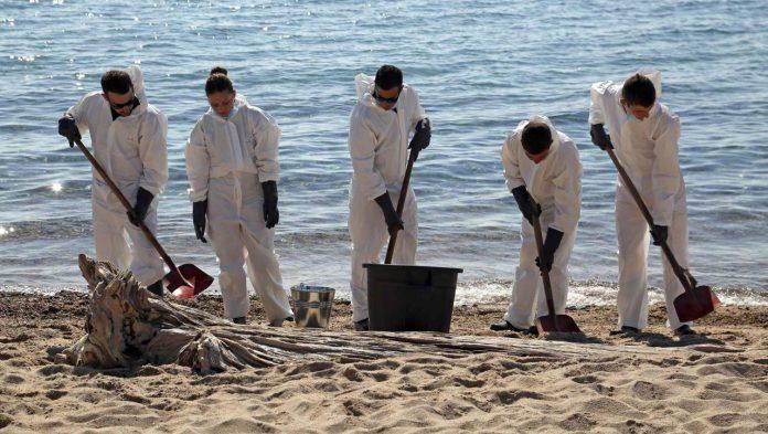 Corsica: a huge oil spill pollutes the beach