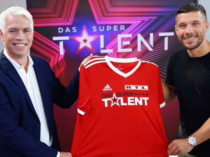 Henning Tewes, Geschäftsführer RTL Television & Co-Geschäftsleiter TVNow mit Fußball-Weltmeister Lukas Podolski (r.). Foto: TVNOW / Stefan Gregorowius