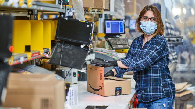 No collective bargaining agreement: Amazon offers a base salary of twelve euros in shipping centers