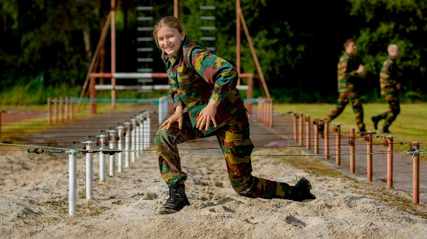The 19-year-old shows herself in a camouflage suit.  (Source: imago / PPE photos)
