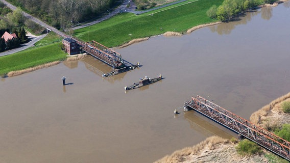 The Frisian boat passes through the ruined Freisenbrook in Ems.  © Image Alliance / dpa Photo: Tobias Prince