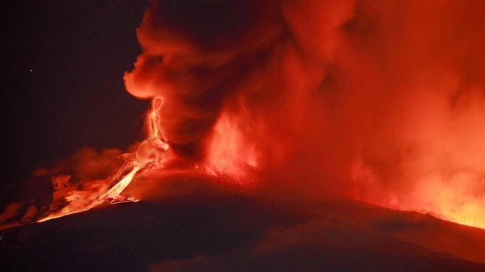 Etna spewing lava and ash - the airport is down