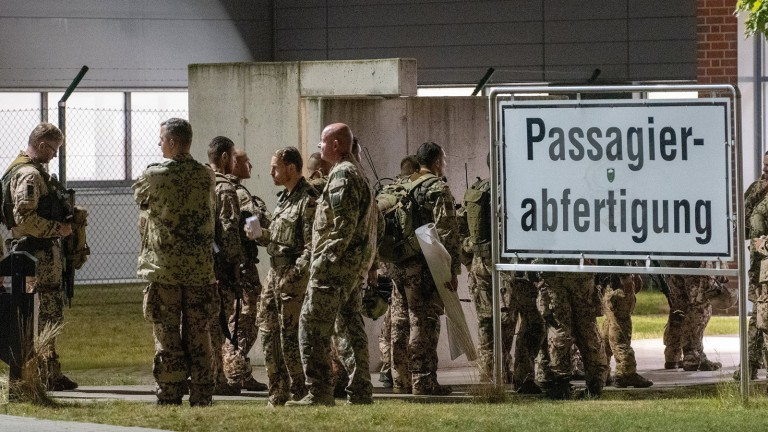 Soldiers stand Monday morning at Wönstorf Air Force Base in the Hanover region and wait for the flight to Afghanistan (Photo: Renee Schroeder/dpa)