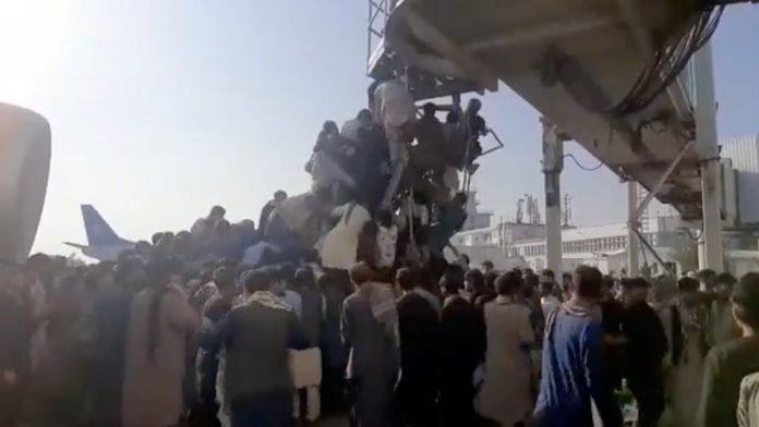 Afghanistan: screaming, people running and gunshots at Kabul airport