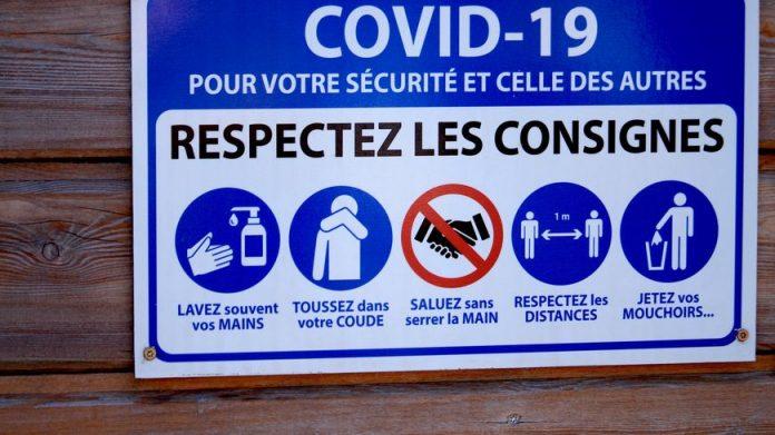 Panneau rappelant les gestes barrières à respecter pendant la pandémie de Covid-19.