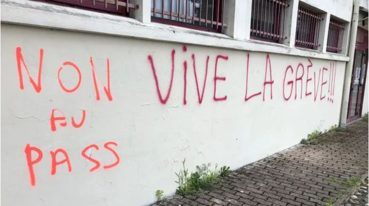 """""""not to pass, """"long live strike"""" Engraving on the walls of the Nurses Syndicate building in Toulouse.  (Nurses order)"""