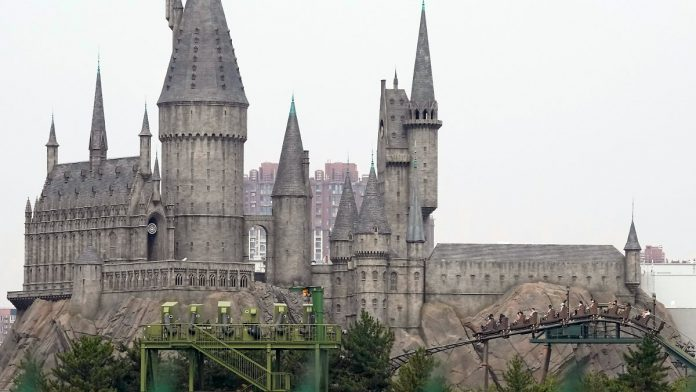 Opening of a 6.5 billion euro theme park: with the rollercoaster ride over Hogwarts