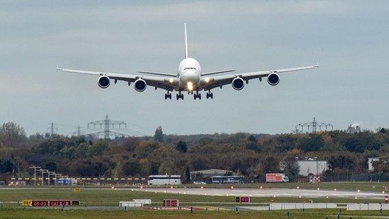 Airbus A380 landing in Hamburg Finkenwerder.  © picture alliance / dpa Photo: Daniel Reinhardt