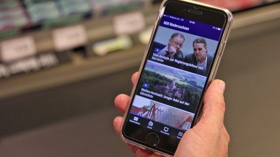 A smartphone with the NDR App open is in hand.  D NTR Photo: Thomas Hans