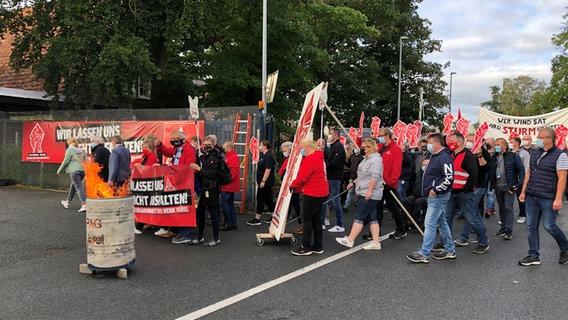 Airbus workers participate in a warning strike.  © NDR Photo: Jutta Przygoda