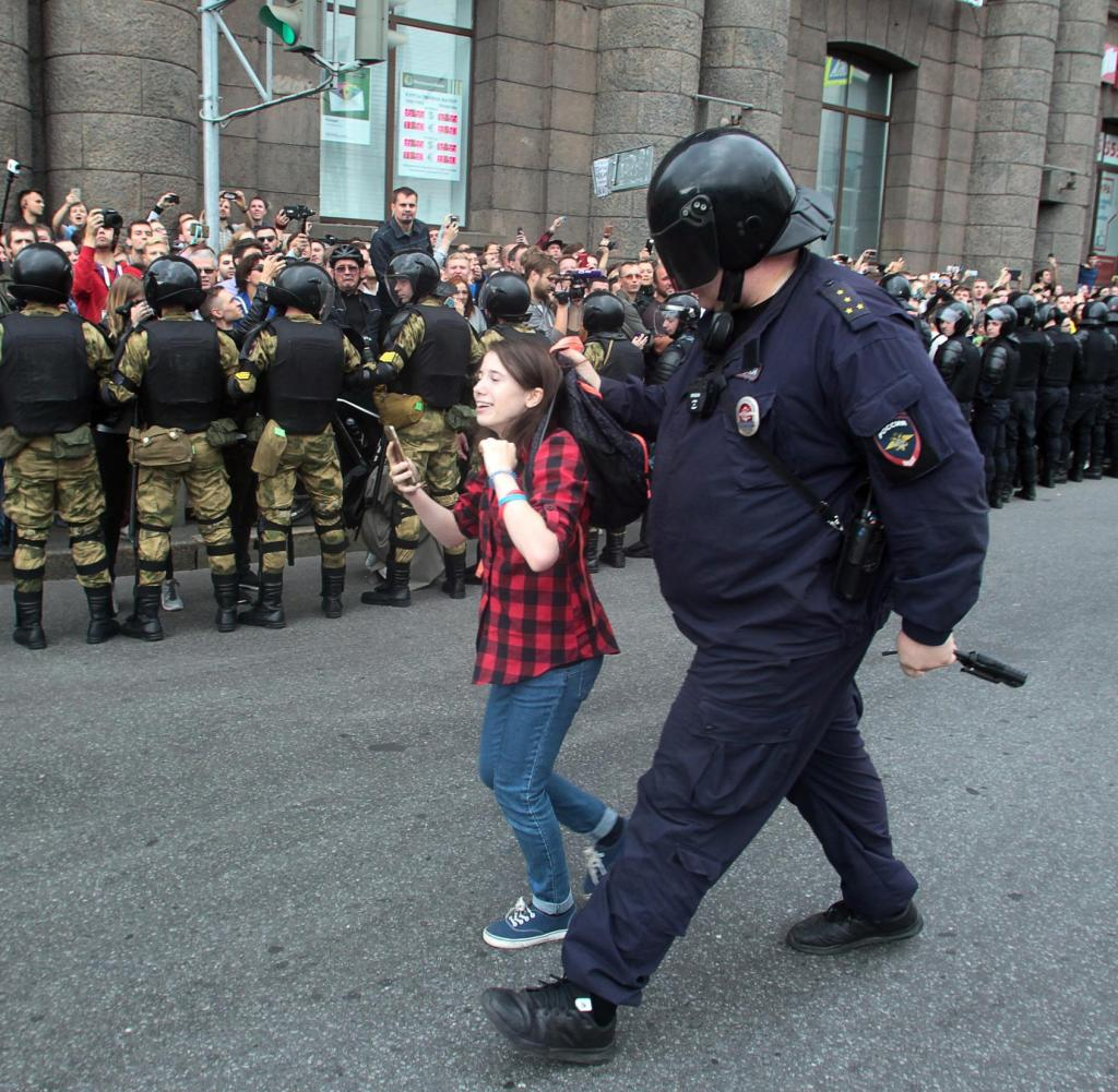 09.09.2018, Russia, Saint Petersburg: A police officer detains a girl during a protest against the increase in the retirement age in Russia.  Photo: Roman Pimenov / Interpress / AP / dpa +++ dpa-Bildfunk +++