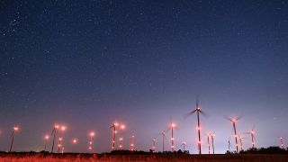Countless stars shine brightly in the wind energy park, shining brightly in the night sky.  (Source: dpa / Patrick Pleul)