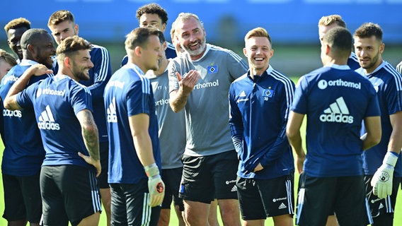 HSV coach Tim Walter (center) during training with specialists © Witters