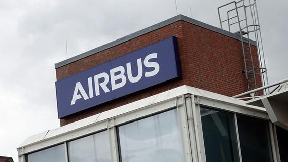 Dark clouds gather above the gates of the Airbus factory in Hamburg Finkenwerder.  © picture alliance / dpa Photo: Jonas Klotter