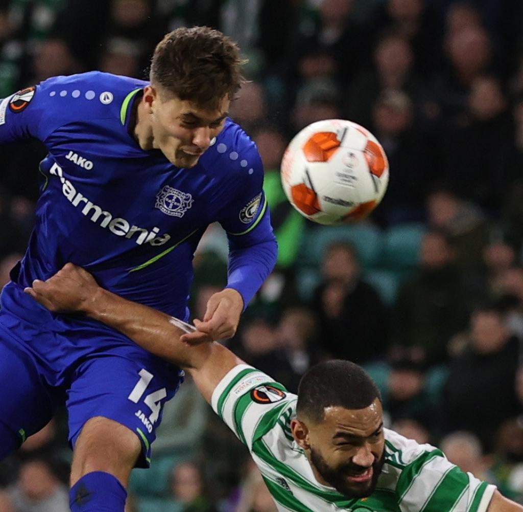 Patrick Shake Bayer in an air duel with Cameron Carter Vickers