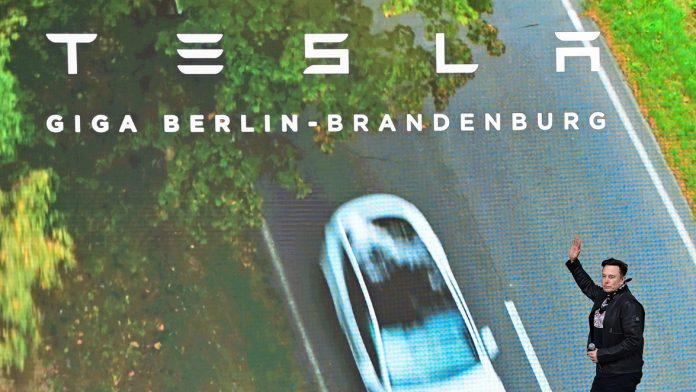 Elon Musk, Tesla-Chef, kommt zum Tag der offenen Tür auf eine Bühne der Tesla Gigafactory. In Grünheide, östlich von Berlin, sollen ab Ende 2021 die ersten Fahrzeuge vom Band rollen. Das US-Unternehmen will hier jährlich rund 500.000 Exemplare vom Model Y bauen.