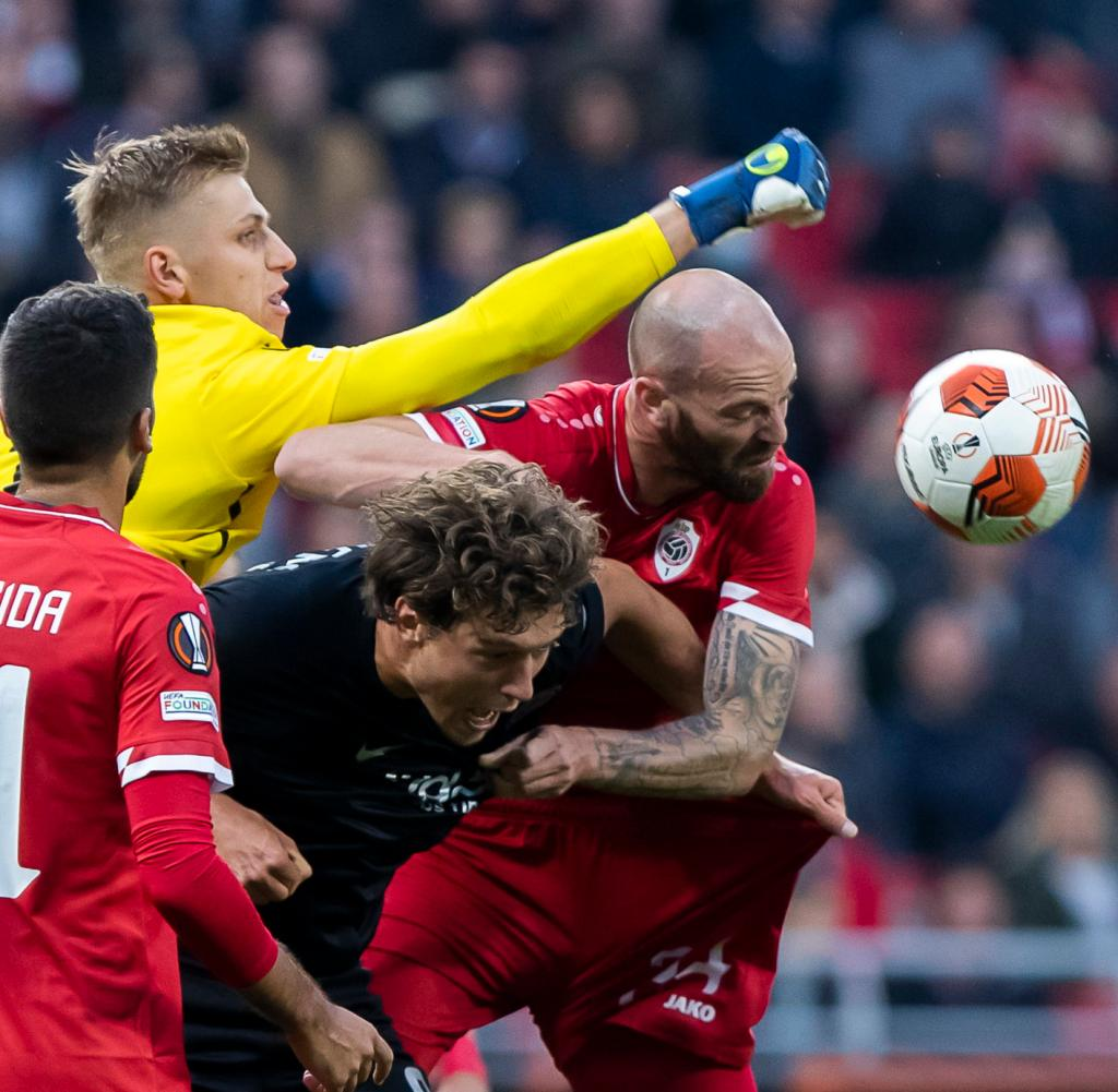Frankfurt's Sam Lammers (centre) and Antwerp goalkeeper Jan Botize compete for the ball