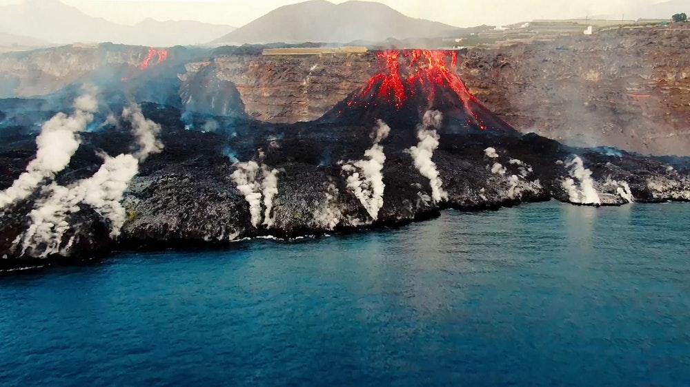 The photo on the coast of La Palma shows how lava collides with the sea.